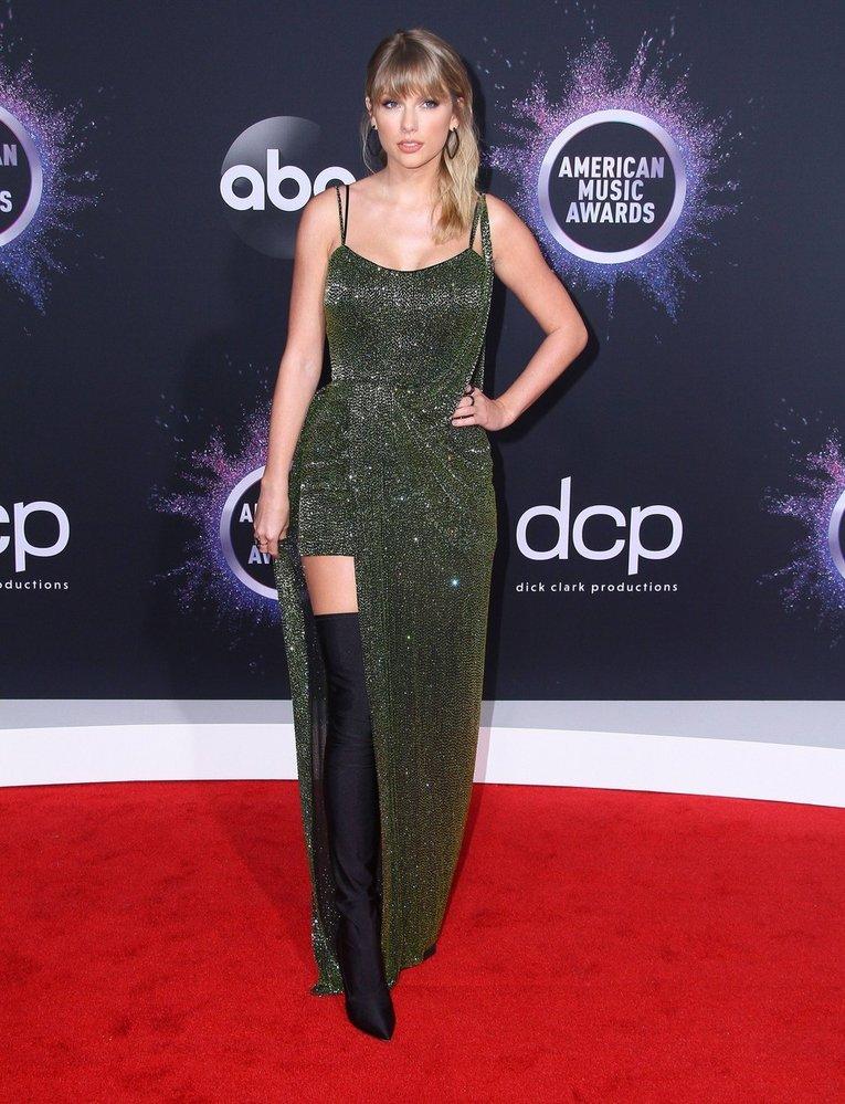Zpěvačka Taylor Swift v šatech  Julien Macdonald