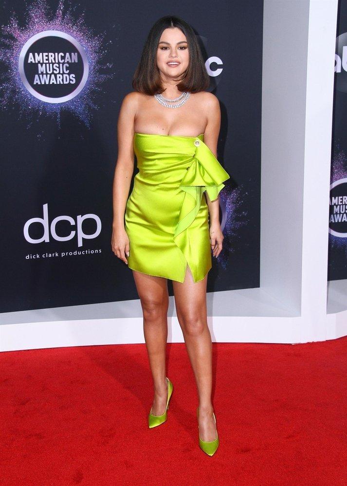 Zpěvačka a herečka Selena Gomez v šatech Versace