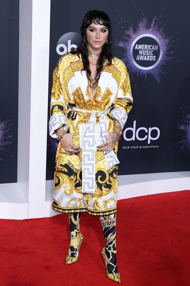 Zpěvačka Kesha v šatech Versace