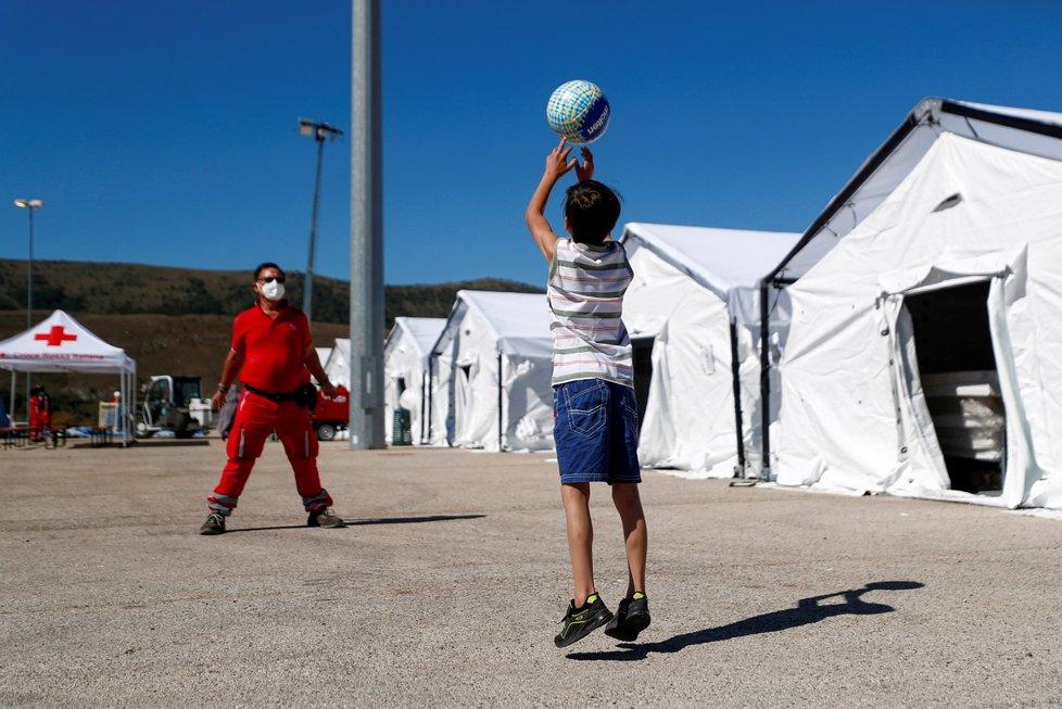 Chvíle relaxu v uprchlickém táboře v italském Avezzanu.