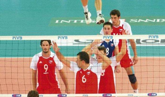 Češi mají naději. Na loňském mistrovství světa skončil český tým desátý, ale částečně doplatil i na systém turnaje. Dokázal porazit favority z USA a silně zatopit Brazilcům, jimž podlehl až v tie-breaku. Ambice na domácí palubovce tedy nechybějí.