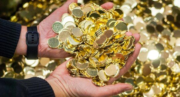 České koruny se rodí v Jablonci: Jak to vypadá v mincovně, kde se můžou v penězích koupat?