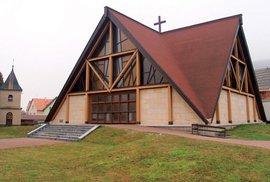 Moderní kostel svatého Václava zdobí centrum obce Horní Lideč na Valašsku