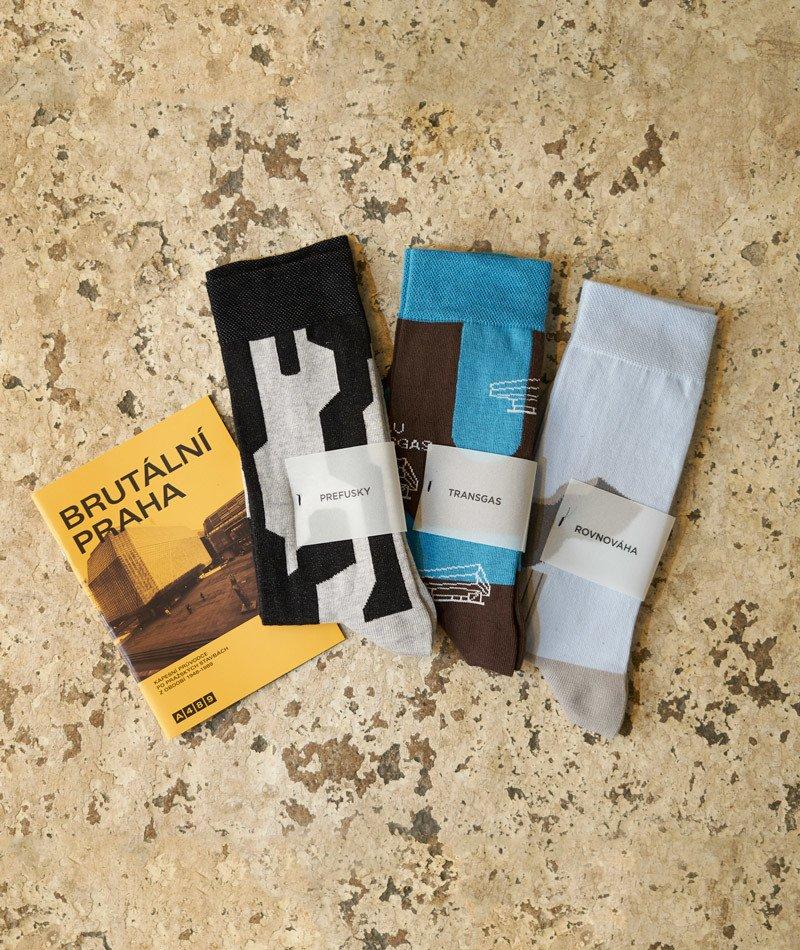 Sada 3 párů pánských ponožek inspirovaných brutální architekturou Prahy + mapa, V páru, 750 Kč, www.vparu.cz