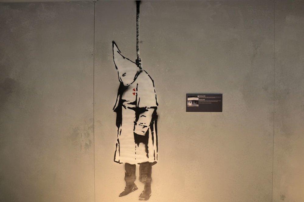 Neautorizovaná výstava kopií a reprodukcí The World of Banksy ve výstavní síni Mánes - Pověšený KKK