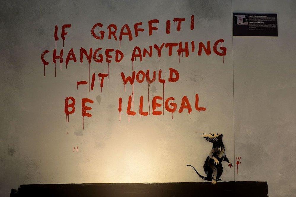 Neautorizovaná výstava kopií a reprodukcí The World of Banksy ve výstavní síni Mánes - dílo Kdyby graffiti mohlo něco změnit, bylo by zakázáno
