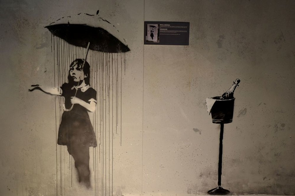 Neautorizovaná výstava kopií a reprodukcí The World of Banksy ve výstavní síni Mánes - Dívka z deštníkem