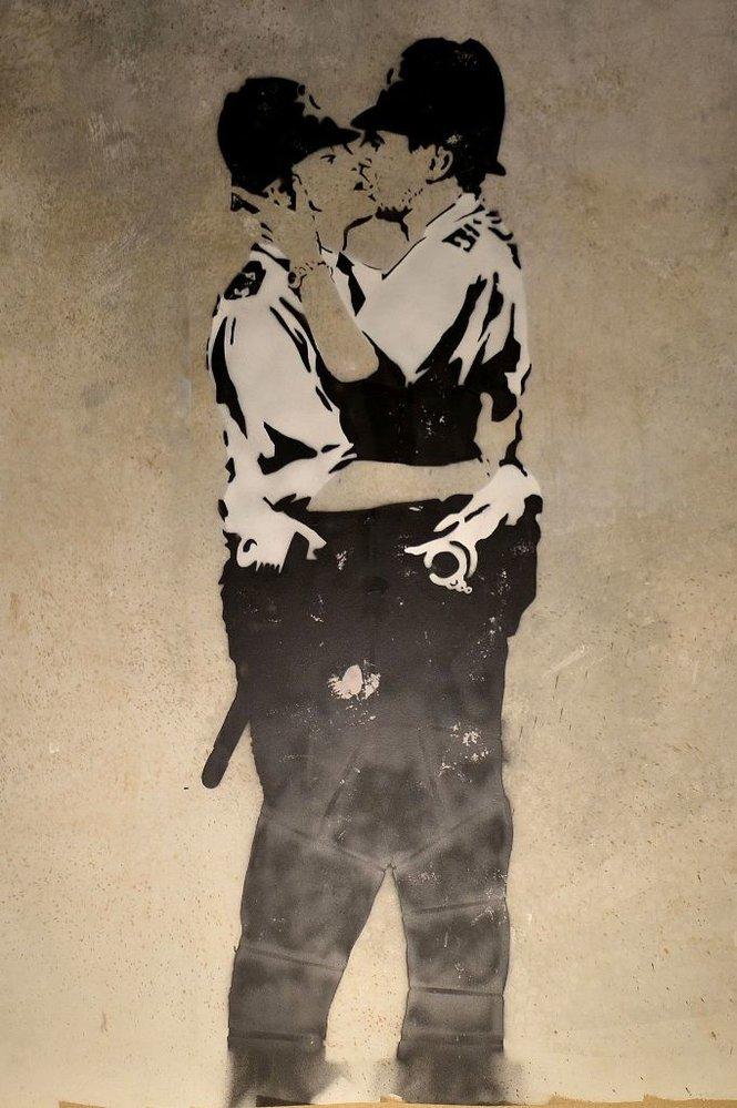 Neautorizovaná výstava kopií a reprodukcí The World of Banksy ve výstavní síni Mánes - Líbající se policajti