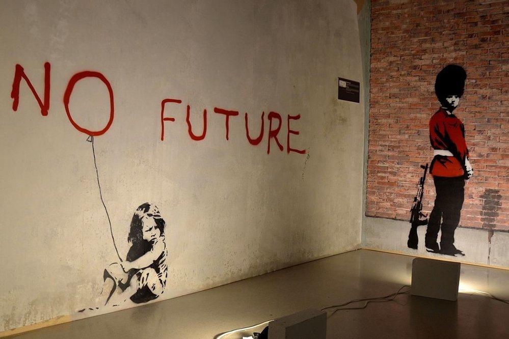 Neautorizovaná výstava kopií a reprodukcí The World of Banksy ve výstavní síni Mánes - vlevo dílo Bez budoucnosti