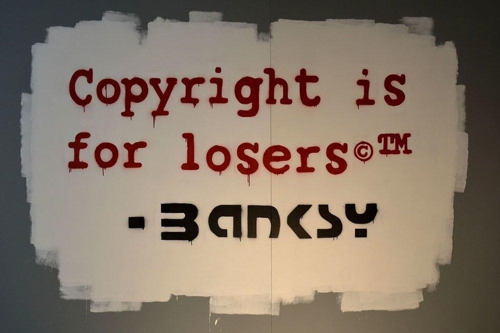 Neautorizovaná výstava kopií a reprodukcí The World of Banksy ve výstavní síni Mánes - návštěvníky vítá kopie nápisu Copyright je pro lůzry.