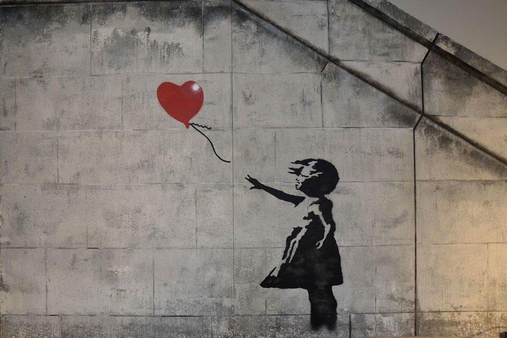 Neautorizovaná výstava kopií a reprodukcí The World of Banksy ve výstavní síni Mánes - Dívka s balónkem