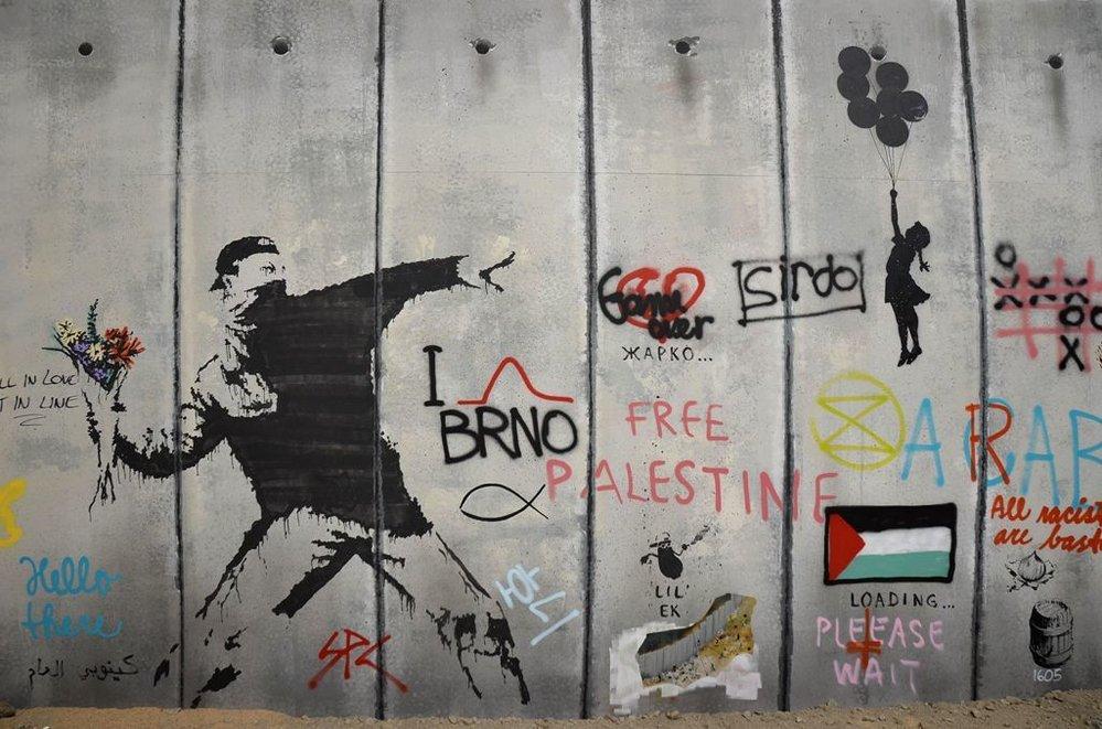 Neautorizovaná výstava kopií a reprodukcí The World of Banksy ve výstavní síni Mánes - Vrhač květin (se záhadným uvedením názvu města Brna)