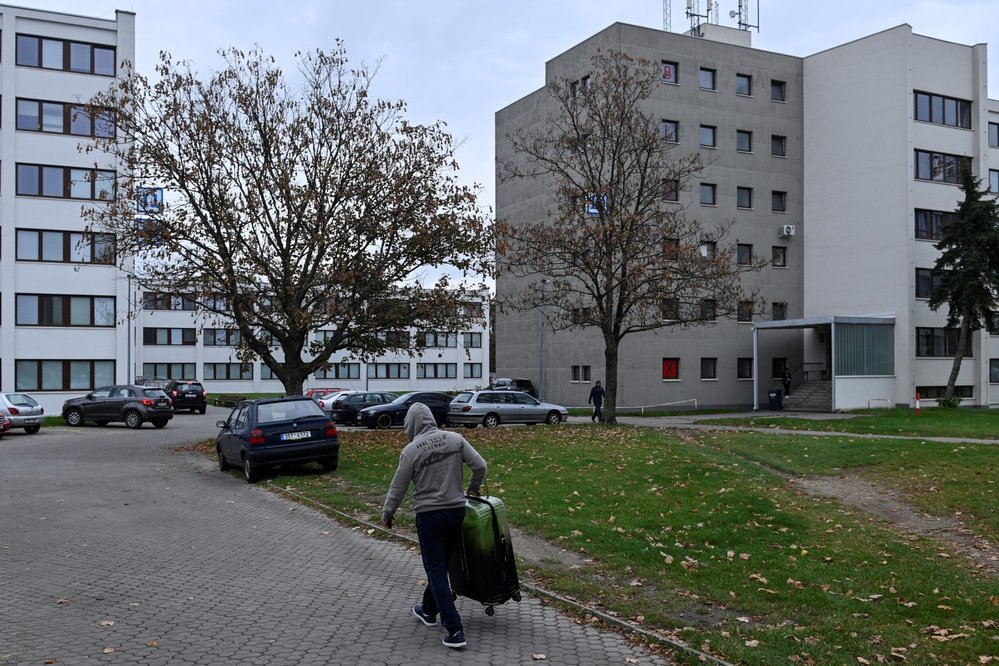 Koronavirus v Česku: Lidé mají za úkol zůstávat doma. Obchody i služby jsou zavřené, stejně tak divadla či kina