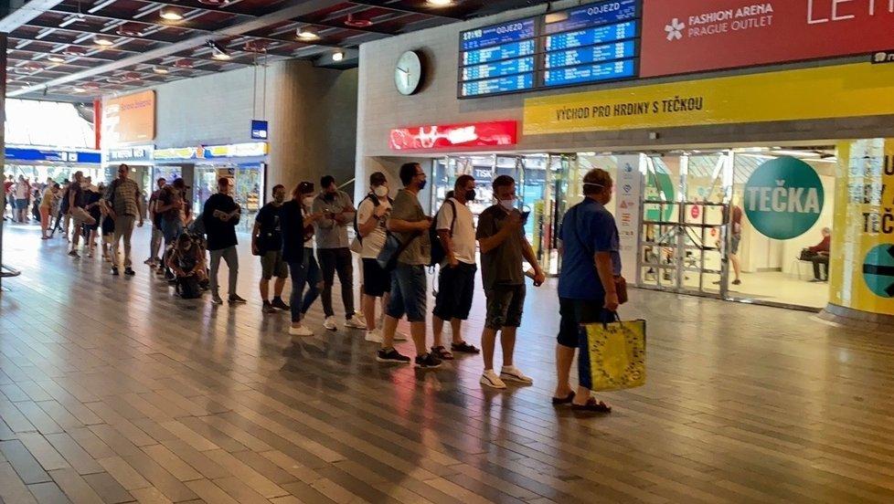 Očkování na počkání: Fronta před očkovacím kioskem na Hlavním nádraží v Praze
