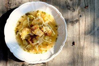 Poctivá domácí česnečka se sýrovými krutony: Vitaminová bomba nejen při nachlazení