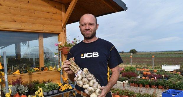 Lukáš Stránský letos  sklidil 1500 tun česneku. klidil 1500 tun česneku.