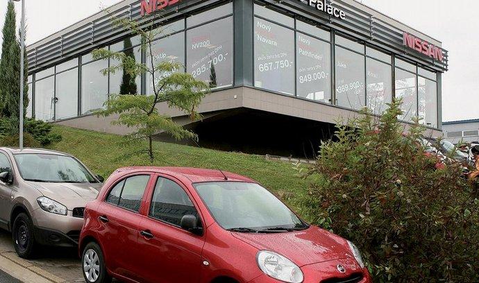 Cestou k Auto Palace získá zákazník přehled o sortimentu a natěší se. Prodejce komunikuje i na výlohách.