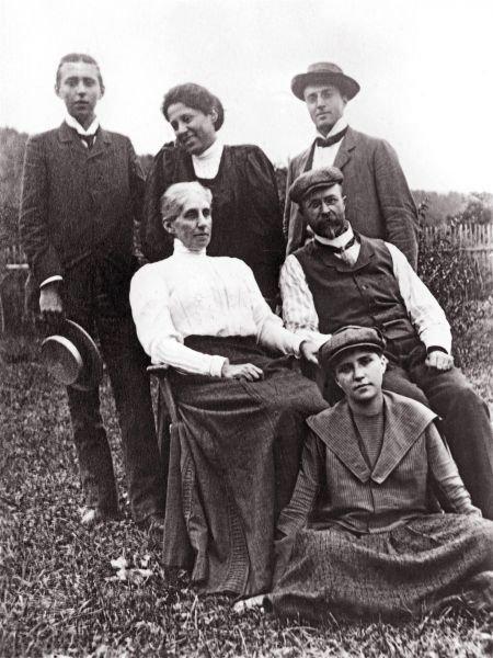 Masarykovi měli v roce 1905 syny Herberta (nahoře vlevo), Jana (nahoře vpravo) a dcery Alici (nahoře uprostřed) a Olgu (sedí). Další dvě dcery zemřely, Hana krátce po narození a Eleanor po čtyřech měsících života.