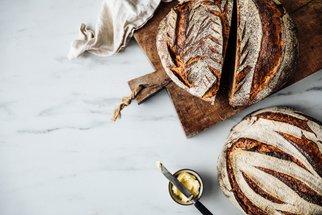 Ze starého chleba uděláte super topinky, smaženku, zmrzlinu i kávu!