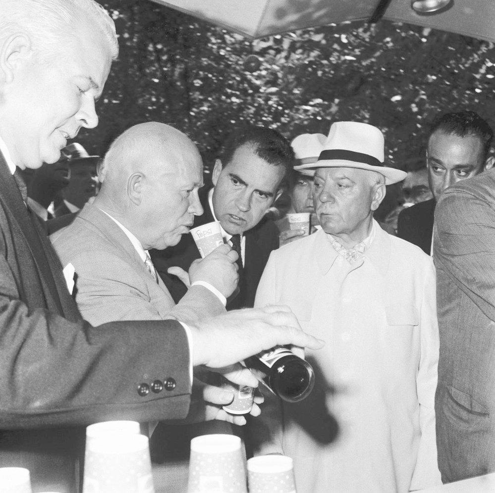 """Nikita Chruščov opatrně ochutnává """"imperialistický"""" nápoj."""