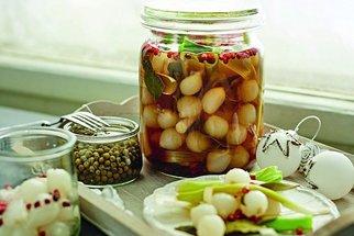 Co k pivu a vínu? Zkuste recepty na nakládaný hermelín, česnek i cibulky!