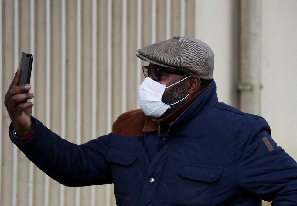 Počet nemocných nebezpečným koronavirem stoupá i ve Francii.