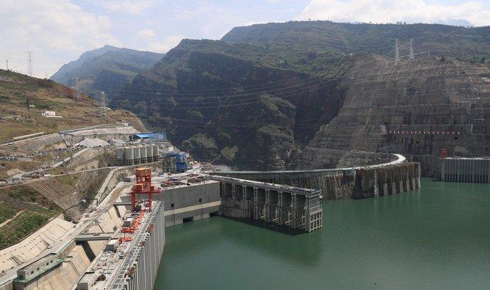 """Paj-che-tchan na řece Jang-c'-ťiang v Číně. Akcie země za Velkou zdí jsou momentálně ve """"slevě""""."""