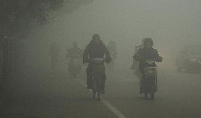 Čínské hlavní město Peking kvůli silnému smogu vyhlásilo částečný zákaz provozu úředních vozidel. Množství škodlivin v ovzduší v metropoli v minulých dnech několikanásobně překročilo limity.  (Foto ČTK)