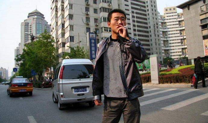 Čínští muži jen tak kouřit nepřestanou