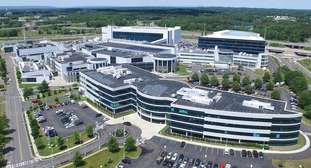 Atomům začíná být těsno: Čip od IBM míří k hranici fyzikálních možností