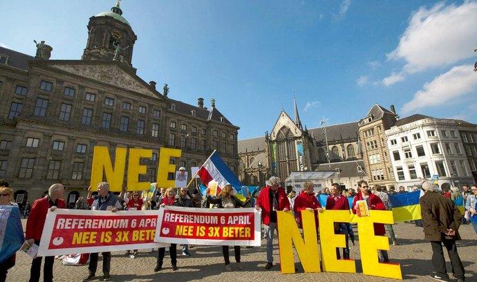 """cítí šanci. Demonstranti na amsterdamském náměstí Dam požadují, aby lidé hlasovali proti asociační dohodě EU s Ukrajinou. Celá unie věří, že nebudou úspěšní. Šéf Evropské komise Jean-Claude Juncker už varoval, že odmítnutí dohody by mohlo vést ke """"kontinentální krizi"""" a destabilizaci."""