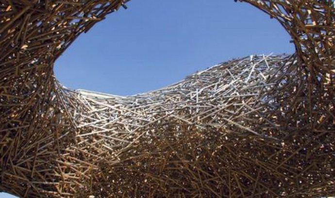 Cityscape. Dřevěná skulptura na pomezí land artu a plastiky v centru Bruselu je vděčným objektem pro fotoaparáty turistů