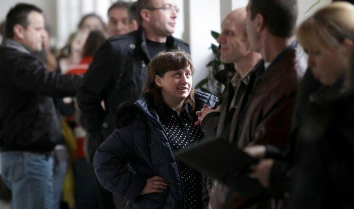 Cizinci čekající na zkoušku z českého jazyka na chodbě obchodní akademie v Hradci Králové