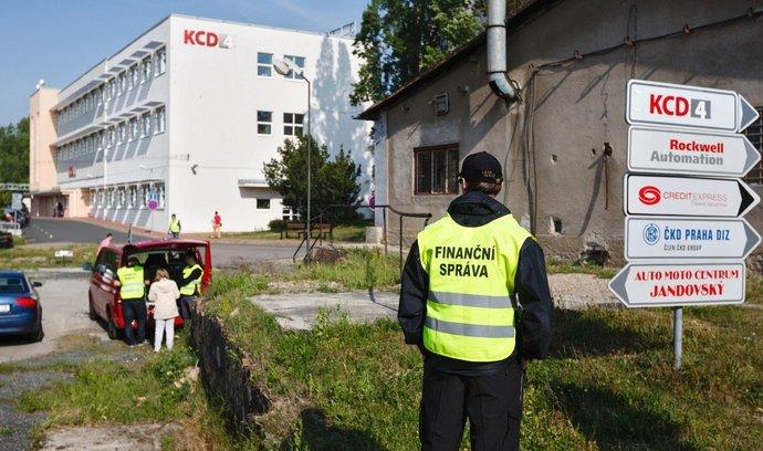 Záběry loňského zásahu policie a finanční správy ve firmě ČKD Praha DIZ