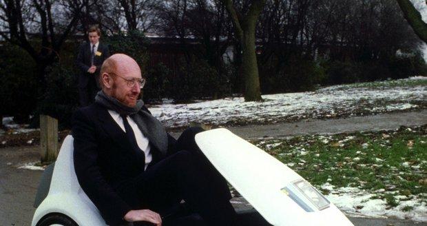Clive Sinclair (†81) ve své tříkolce, která úspěch neslavila.