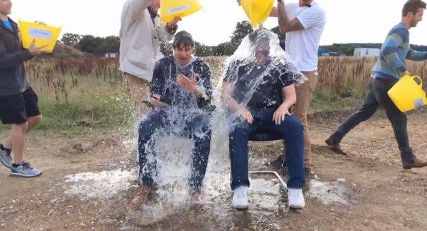 Nový hit internetu: Ice Bucket Challenge a 10 (zatím) nej odvážlivců