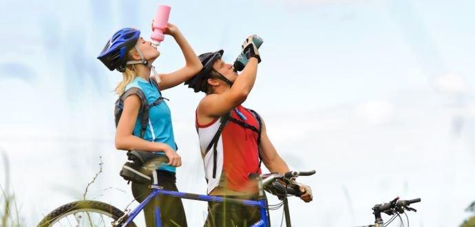 Pitný režim na kole. Kdy stačí voda a kdy potřebujete iontový nápoj?