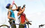 Pitný režim na bicykli. Kedy stačí voda a kedy potrebujete iónový nápoj?