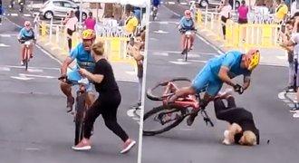 Šílená nehoda a boj o život: Cyklista smetl nepozornou divačku