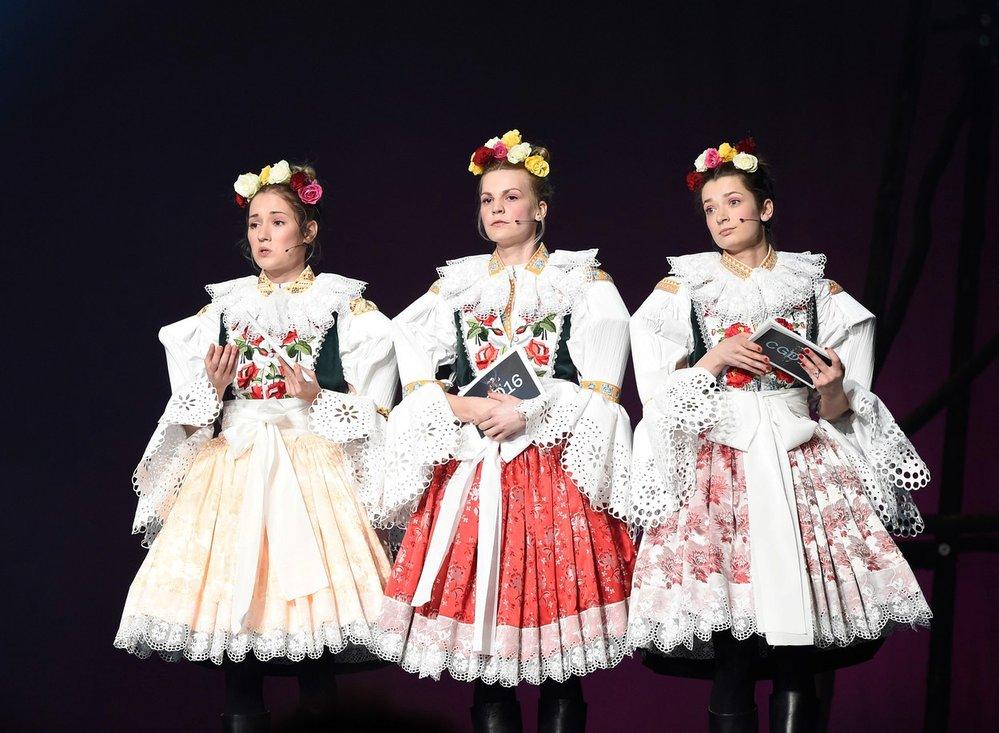 Slavnostním večerem provázely půvabné moderátorky Eliška Křenková, Marika Šoposká a Zuzana Stavná oblečené v krojích.