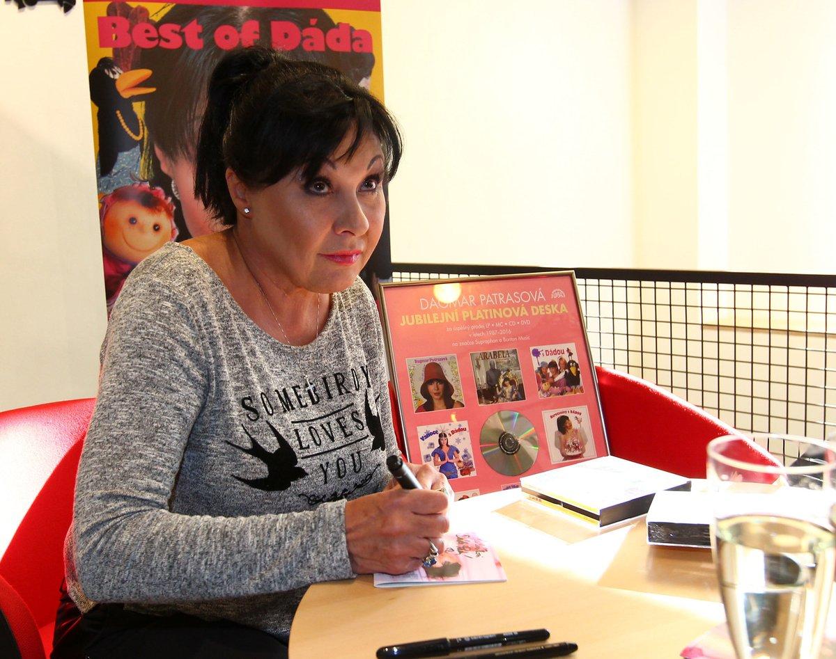 Dáda Patrasová rozdává podpisy.