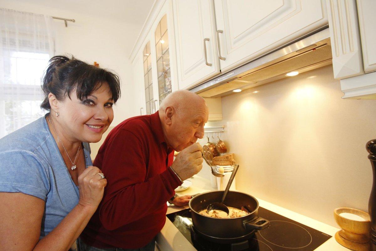 Společně se pouštějí i do vaření.