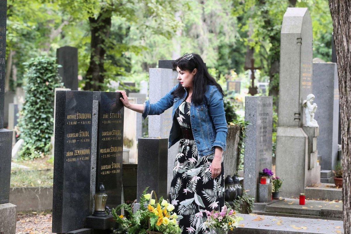 Nejdřív na náhrobku pohladila Jirku, potom Milušku a nakonec pozdravila Láďu.