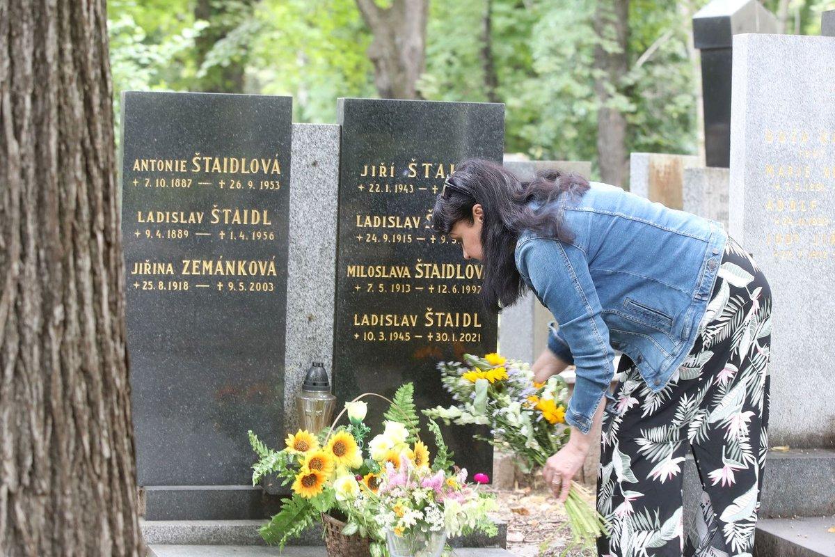 Dáda přišla s kytičkou na hrob rodiny Štaidlů netušíc, že už tam leží i Ladislav Štaidl.