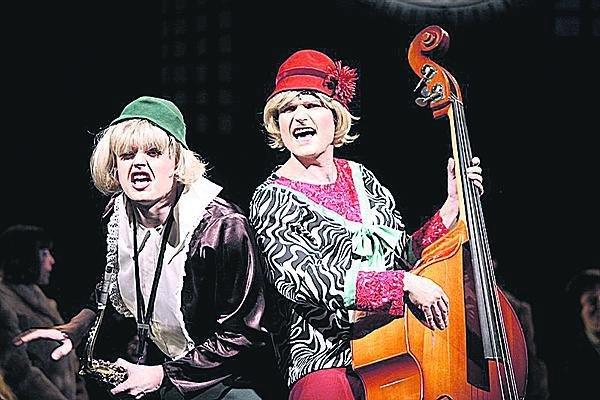 S Janem Křížem si zahrál v muzikálu Sugar v Liberci. Šaty a podpatky tu měli oba!