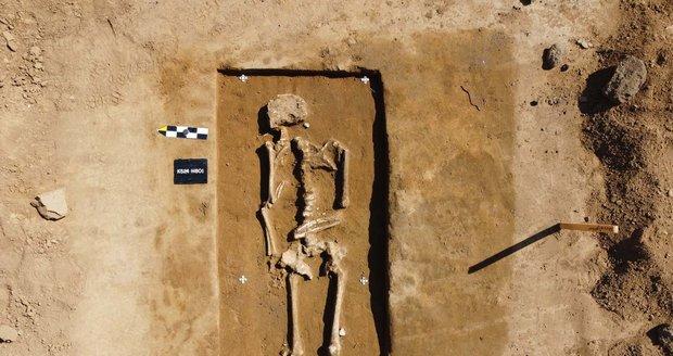 Muži v hrobech měli hlavu otočenou k východu, ženy k západu.