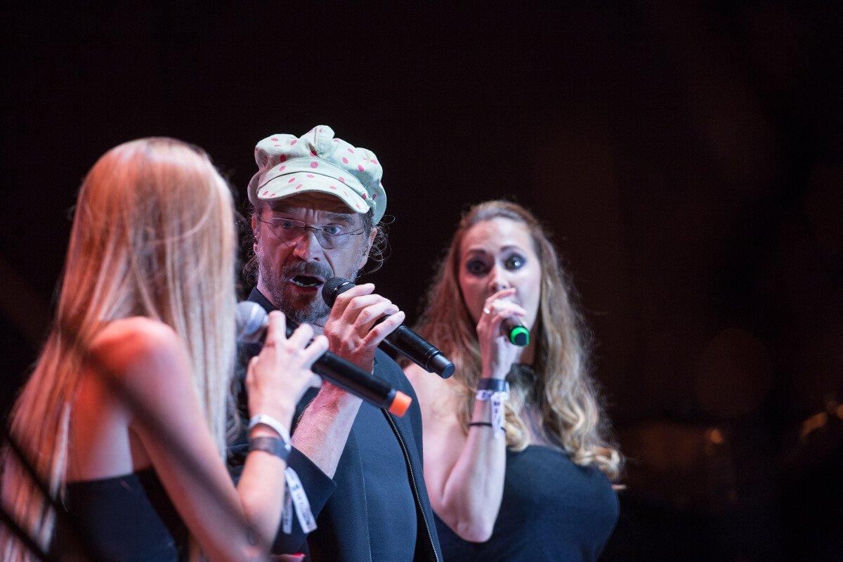 Původní trio: Dan Bárta, Kamil Střihavka a Bára Basiková zpívají písně z muzikálu Jesus Crist Superstar na zahájení KVIFF