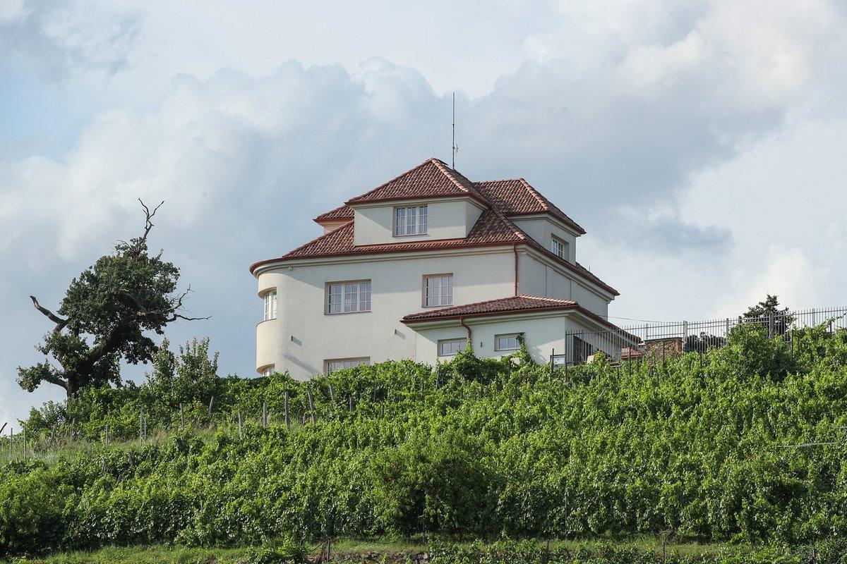 Bydlení Dany Morávkové v Modřanech: Vila leží ve svahu nad terasovitou vinicí