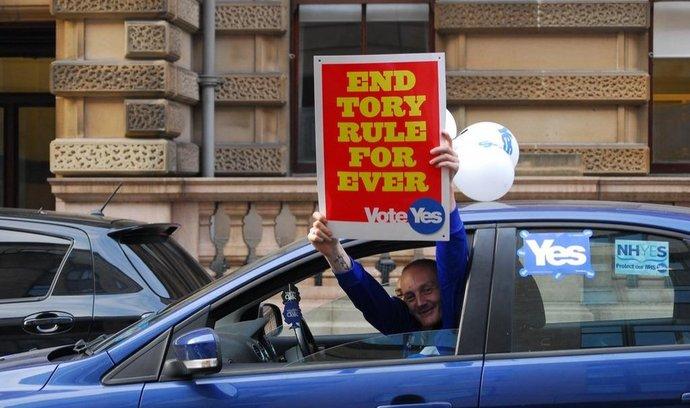 David Cameron vyzval Skoty, aby referendum nevyužili k protestu proti konzervativní vládě. V Glasgow ho zjevně neslyšeli