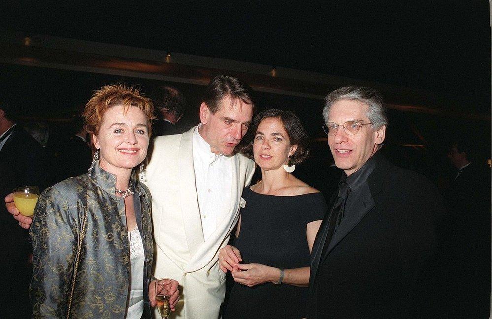 Carolyn Cronenberg vedle Jeremyho Ironse a svého manžela